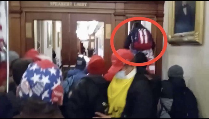 Veterana tentou atravessar brecha em porta no Congresso americano