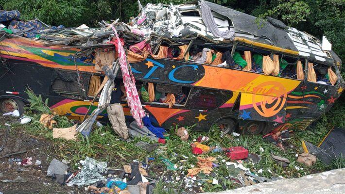 Ônibus de turismo capotou e saiu da pista