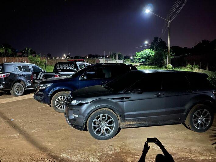 Agentes do Garras apreenderam uma caminhonete e Land Rover pertencente à membros do PCC.