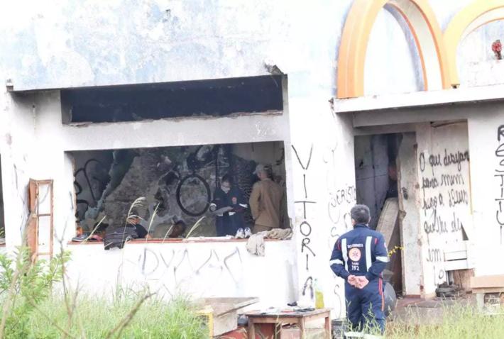 Movimentação de socorristas dentro de prédio abandonado, onde grávida foi encontrada morta