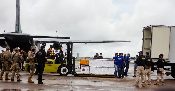 As vacinas sendo desembarcadas em Mato Grosso do Sul