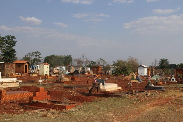 Cemitério com covas recem feitas em Campo Grande