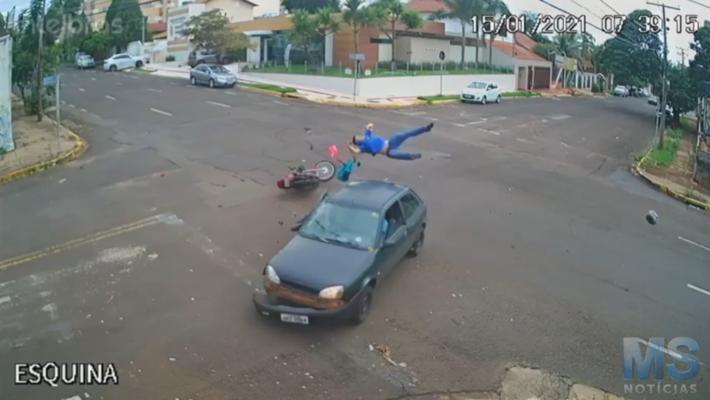 Motoqueiro foi arremessado há uma altura de mais de 2 metros