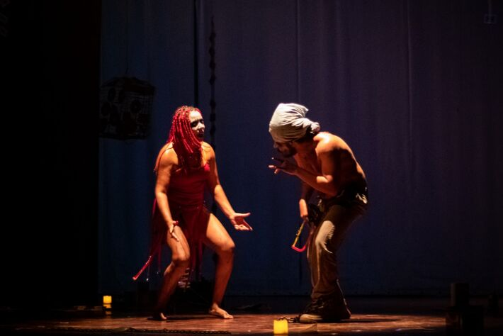 Silvia está com os cabelos vermelhos nesta foto feita durante a apresentação na tarde de ontem 20 de janeiro, no Teatro Glauce Rocha