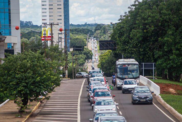 Manifestantes fizeram comboio com centenas de carros em Campo Grande