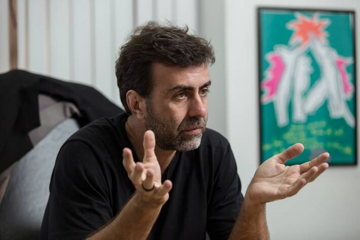 O deputado estadual Marcelo Freixo, em seu gabinete