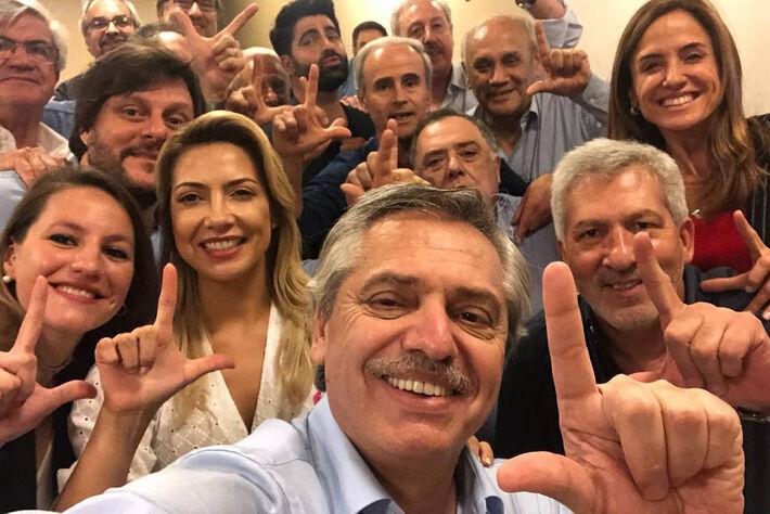 O presidente da Argentina, Alberto Fernández, faz sinal de apoio a Lula quando era candidato, em 2019 -