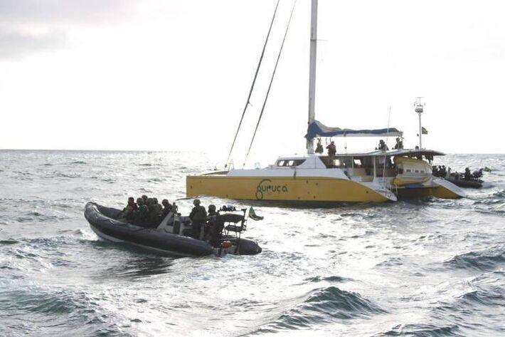 Polícia Federal e Marinha apreendem 1,5 tonelada de cocaína em veleiro na costa brasileira.