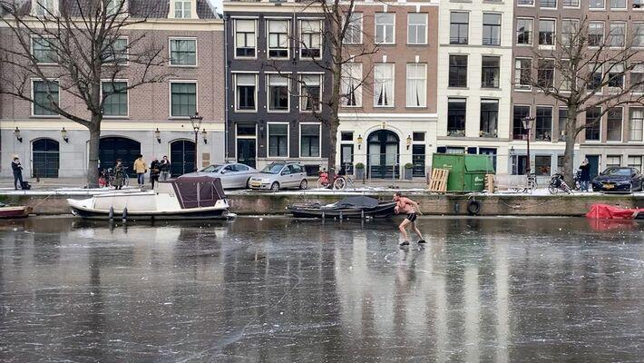 Usando apenas uma sunga, homem patina em canal congelado de Amsterdã, capital da Holanda, no domingo (14)