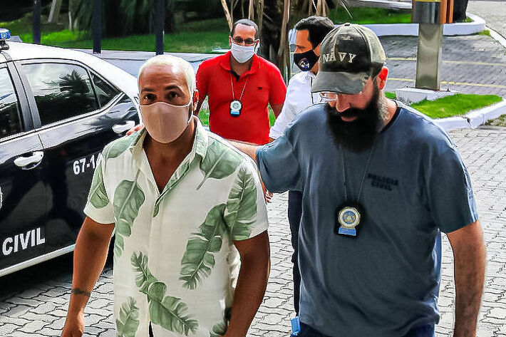 Belo e Gracyanne são flagrados chegando na chegando na Cidade da Polícia, no Rio de Janeiro, após prisão do cantor