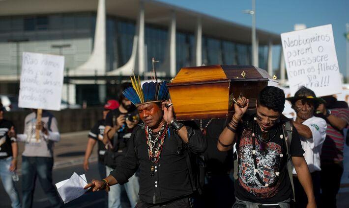 Idígenas em manifestão para que parem a matança no Brasil