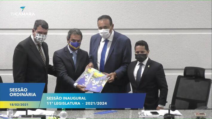 Prefeito fez a entrega do relatória de atividades 2020 ao presidente Carlão, 2º secretário da Casa e secretário de Estado, Eduardo Riedel.