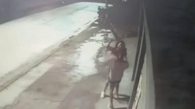 Imagem da agressão gravada por uma câmera de segurança Capture o vídeo do YouTube