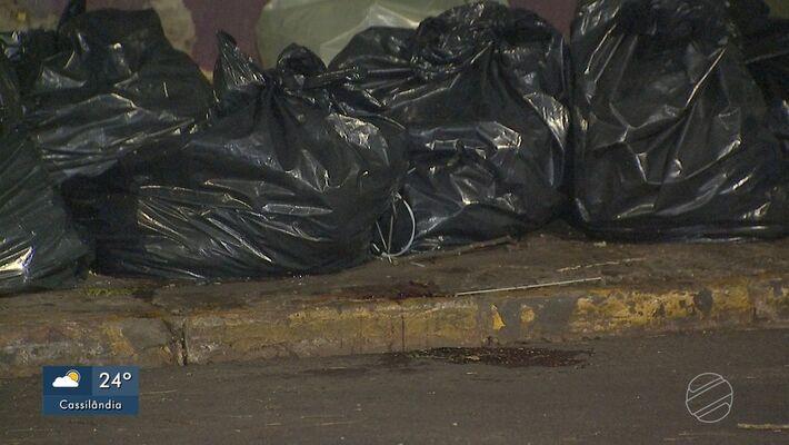 Vítima foi encontrada em meio a sacos de lixo