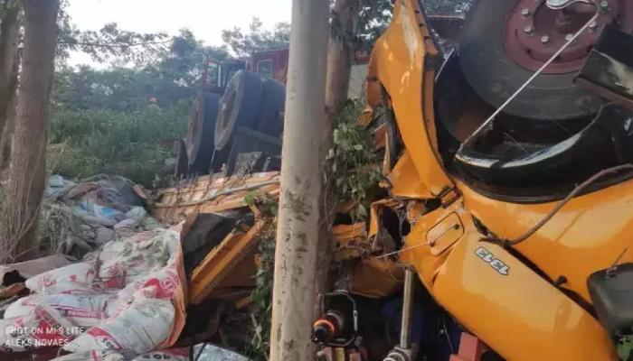 Cabine de caminhão ficou destruída após capotamento