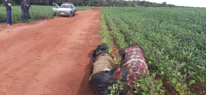 Corpos enrolados em cobertores e lona foram deixados ao lado de estrada vicinal