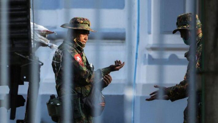 Soldados foram vistos dentro da Prefeitura de Yangon