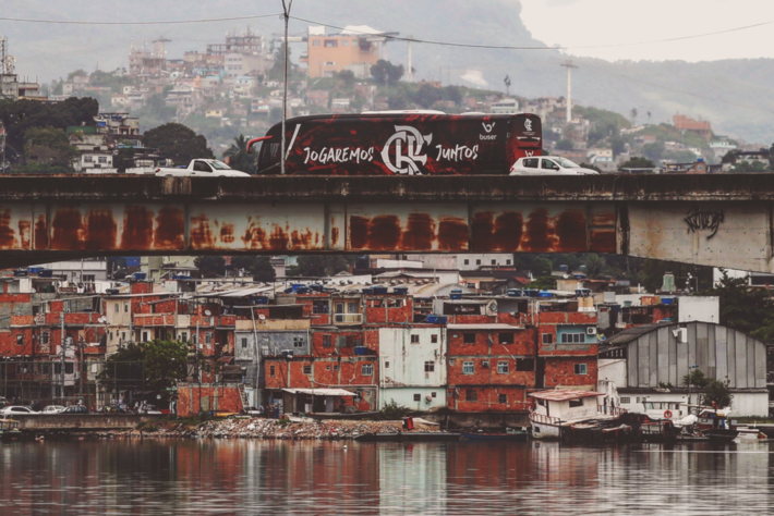 Ônibus do Flamengo sobre ponte no Rio de Janeiro (DOMINGO - 21-02-2021)