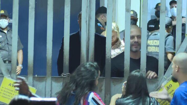 Preso, o deputado Daniel Silveira circula por batalhão prisional da PM e conversa com apoiadores