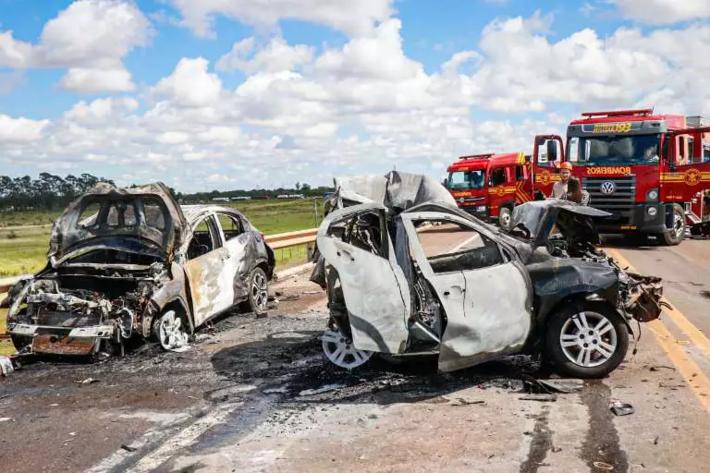 Carros ficaram completamente destruído. Essa imagem foi feita pelo repórter fotogáfico Henrique Kawaminami, do site Campo Grande News