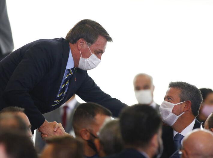 O presidente do Brasil, Jair Bolsonaro, cumprimenta Arthur Lira