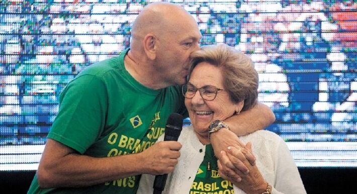 Luciano Hang ao lado da mãe, Regina Hang, falecida nesta quinta-feira (4) em São Paulo