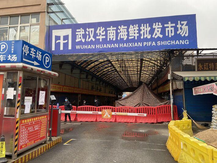"""Em 14 de janeiro de 2021 equipe da OMS desembarcou em Wuhan e visitou pontos como o """"marco zero"""" para estudos"""
