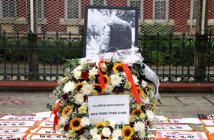 Mya trabalhava em uma mercearia e morreu quando tentava sair da linha de frente do protesto, oito dias após seu aniversário