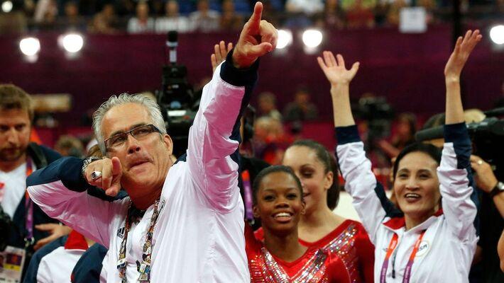 O técnico da equipe feminina de ginástica dos Estados Unidos, John Geddert, comemora com a equipe a medalha de ouro nos Jogos Olímpicos de Londres 2012.