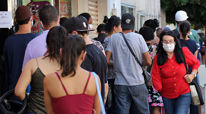 População em calçada do Centro de Campo Grande
