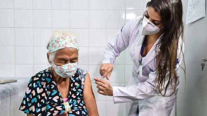 Junto dos profissionais de saúde, desde o início da vacinação idosos são prioridade na fila da imunização.