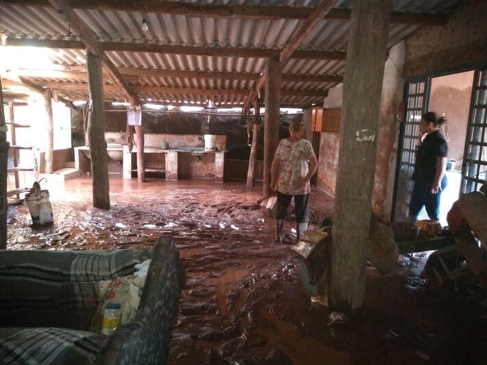 Casa destruída pela chuva. Até o carro desta família foi arrastado