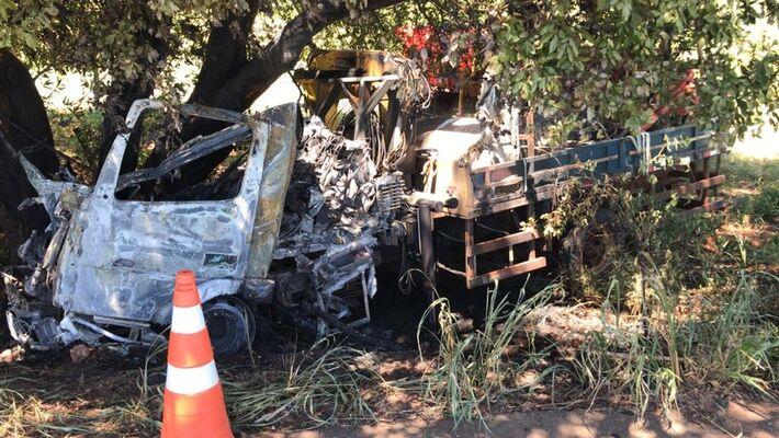 Caminhão que vítima conduzia foi carbonizado após o acidente