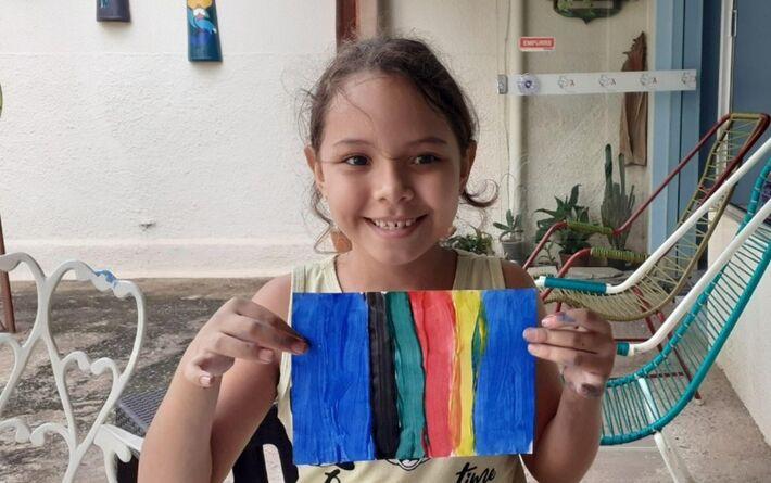 Menina de 7 anos vende desenhos feitos por ela por R$ 2 e doa toda a renda a associação de pessoas com HIV, em Goiânia