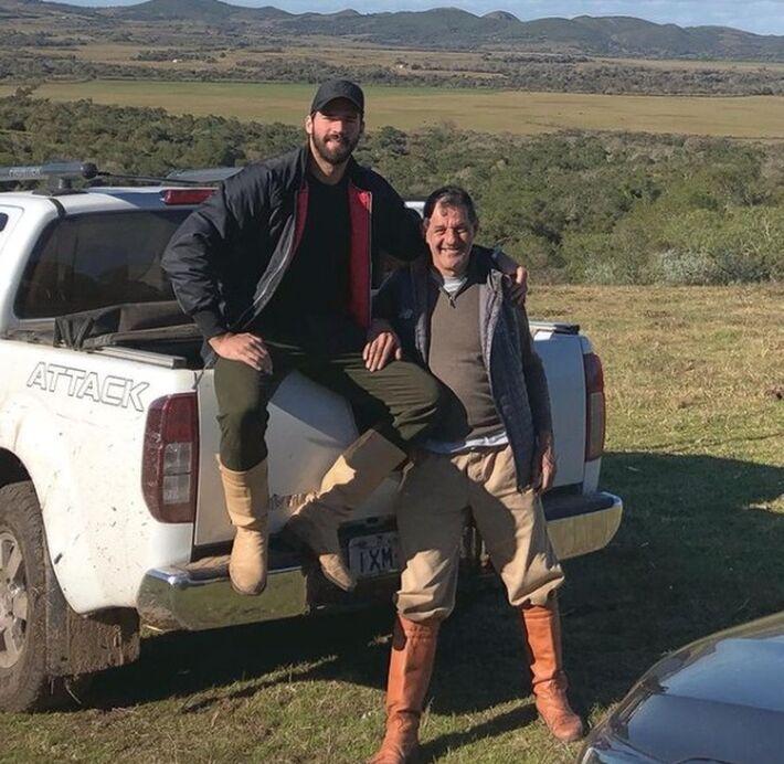 Goleiro Alisson com o pai José Agostinho. Jogador publicou a foto nas redes sociais em agosto de 2019