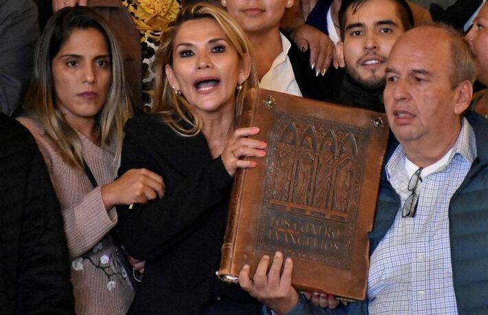 Jeanine Áñez se autoproclamou presidente interina com o respaldo do Tribunal Constitucional