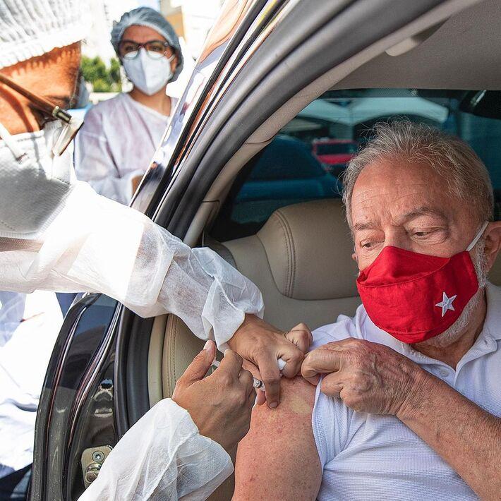 Lula sendo vacinado