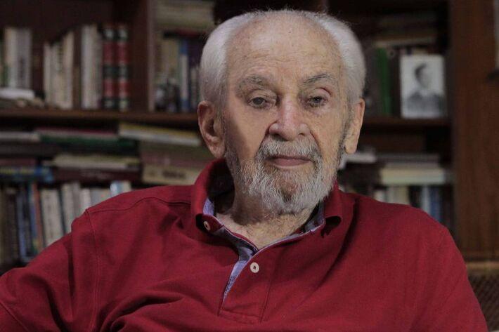 O jornalista Hélio Fernandes, 100, preso e perseguido pela ditadura militar, morreu na madrugada desta quarta-feira -