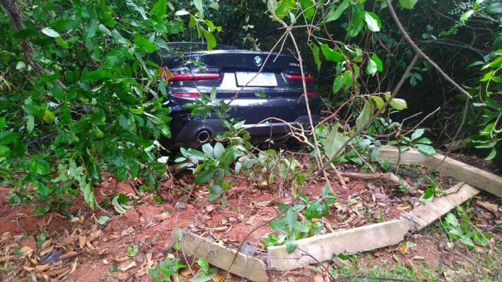 Dona de carro de luxo perdeu a direção e por pouco não caiu com carro em córrego da UFMS -