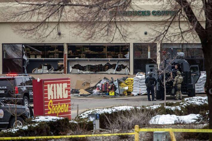 Tiroteio em supermercado deixa mortos em Boulder, no Colorado -