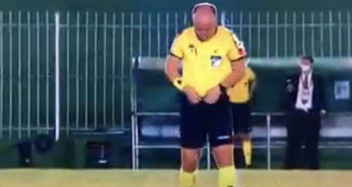 Dênis Serafim foi flagrado urinando em campo antes da partida entre Boavista e Goiás pela primeira fase da Copa do Brasil