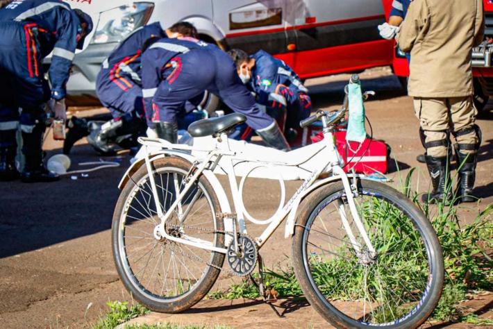 Ao fundo, equipe do Samu tenta reanimar vítima de mal súbito, que seguia de bicicleta para o trabalho.