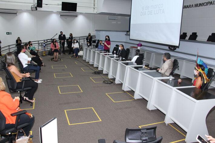 Menos de 20% de parlamentares das câmaras de deputados e vereadores são mulheres