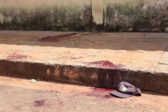 A equipe de reportagem do Campo Grande News encontrou marcas de sangue e boné, foram encontrados no local onde jovem froi baleado