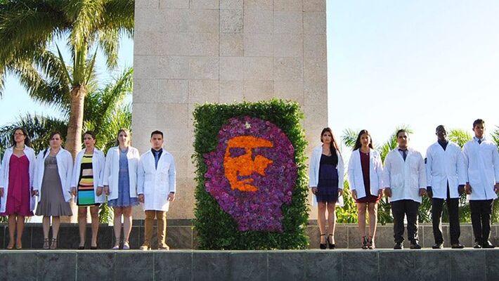 Profissionais de saúde de Cuba em homenagem a Che Guevara