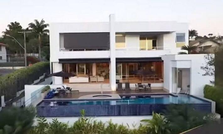 Fachada da mansão comprada pelo senador Flávio Bolsonaro (Republicanos-RJ) por R$ 5,9 milhões, em área nobre de Brasília.
