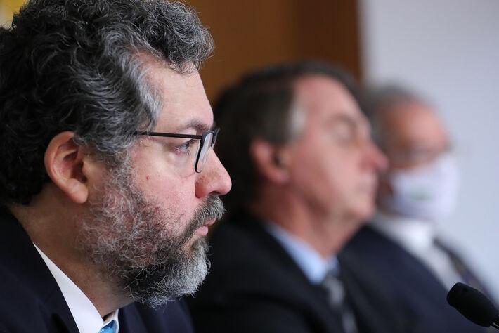 Pedido de retratação ao embaixador Chinês, após Jair e Eduardo culparam país fornecedor de insumos pela pandemia
