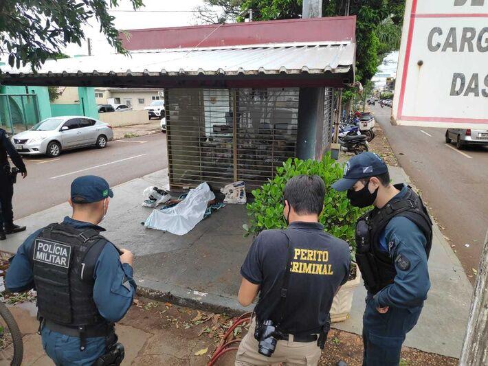 Policiais e perito no local onde travesti foi encontrada morta