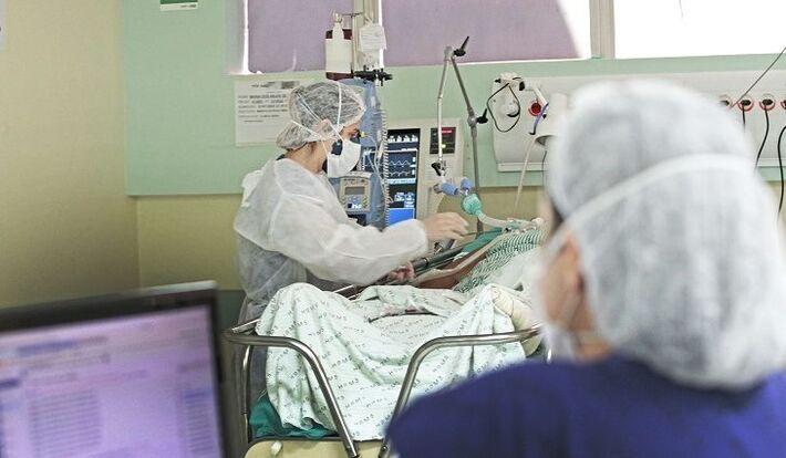 Profissional atende pessoa entubada em MS