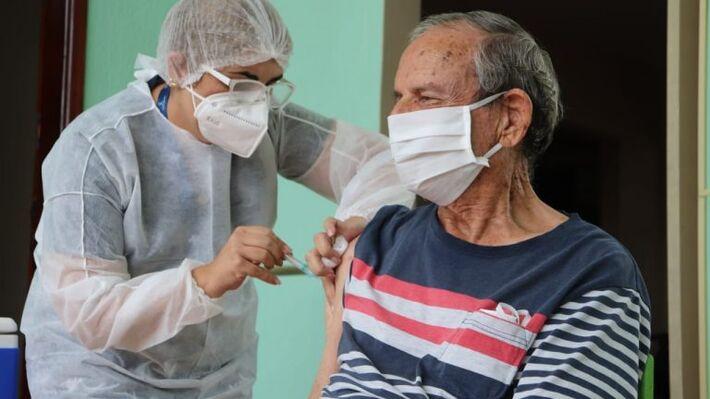 Vacina para idosos está disponível em 18 unidades, com aplicação diária, exceto aos domingos